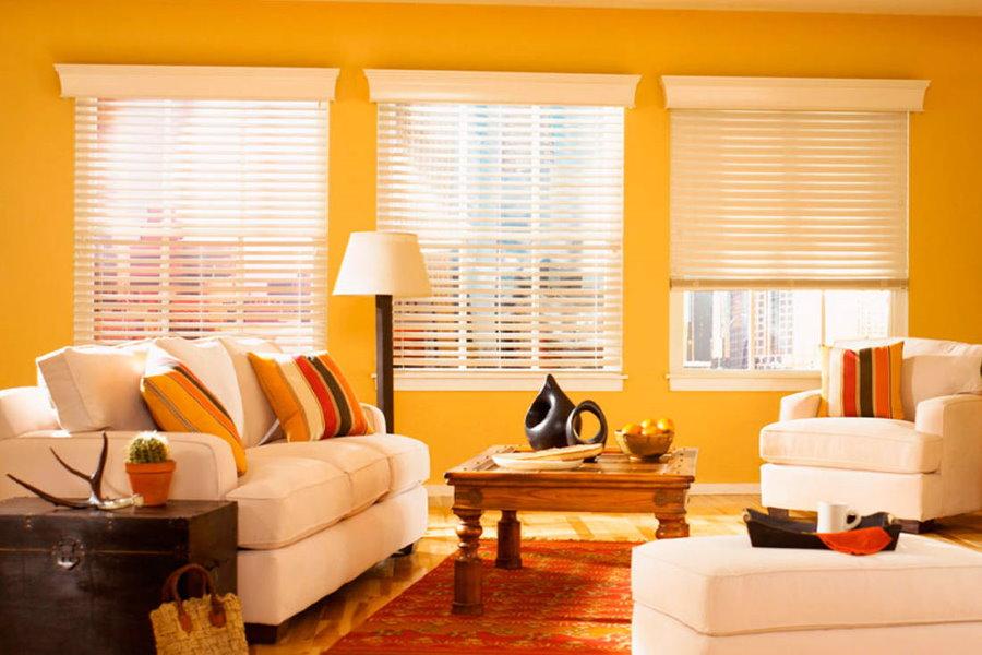 Яркий интерьер гостиной с жалюзи на окнах