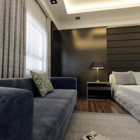 Прямой диван вдоль стены в мужской комнате
