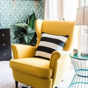 Мягкое кресло с удобными подлокотниками