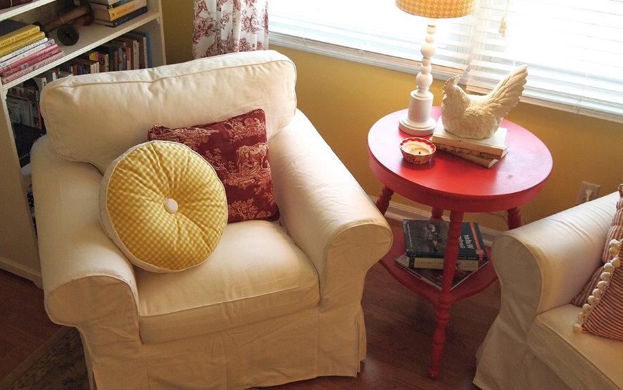 Удобное бежевое кресло небольшого размера