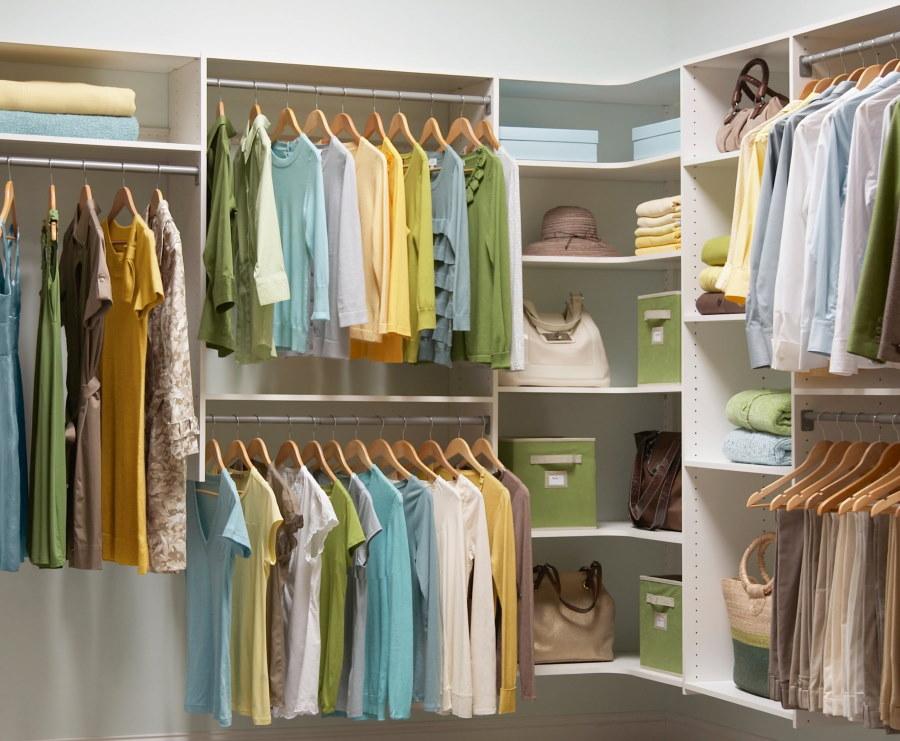 Размещение футболок и блузок на вешалках в гардеробной
