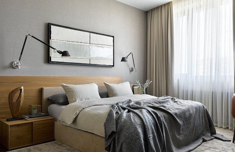 Светло-серая стена за спинкой кровати