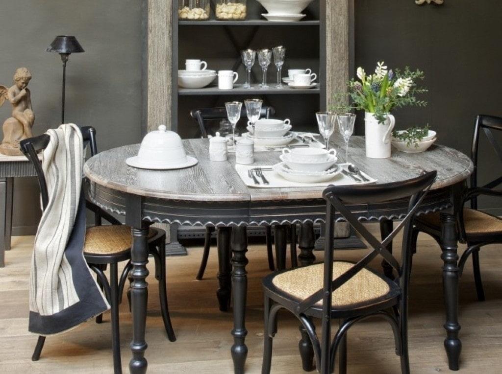 Обеденный стол из массива дерева в гостиную