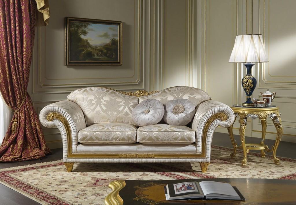 Красивый диван с позолоченным декором