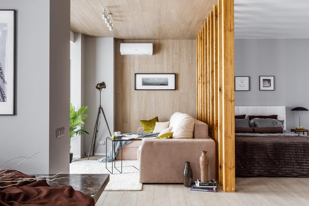 Место для отдыха за деревянной перегородкой в спальне