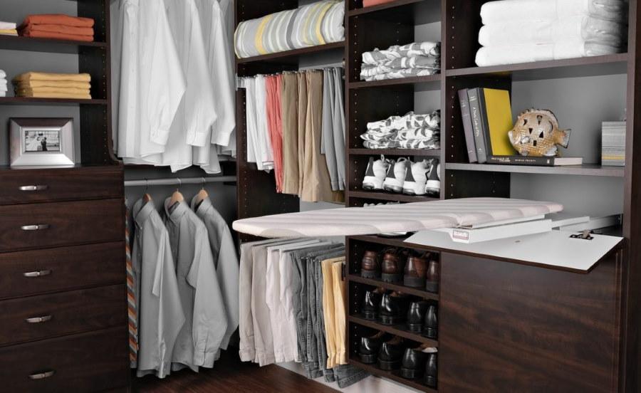 Гладильная доска в угловом гардеробе