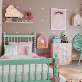 Детская кроватка в светлой комнате