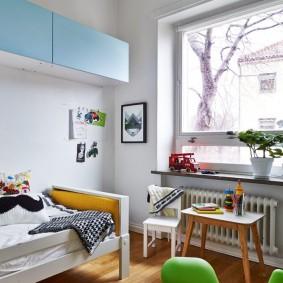 Подвесные шкафы на стене комнаты