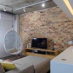 Кирпичная стена в гостиной индустриального стиля
