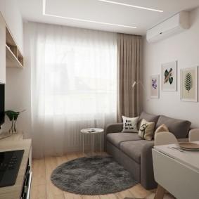 Небольшой диванчик перед окном комнаты