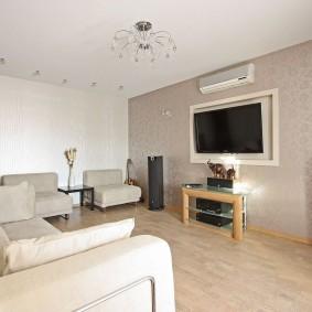 Просторная комната с телевизором на стене