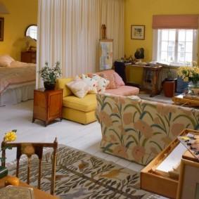 Желтые обои на стене гостиной комнаты