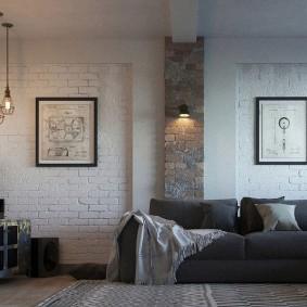 Светлый кирпич в комнате с диваном