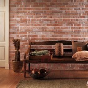 Деревянная скамья в гостиной комнате