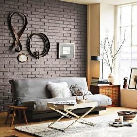 Декорирование стены кожаными ремнями