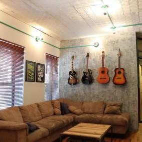 Коллекция гитар на стене комнаты для юноши