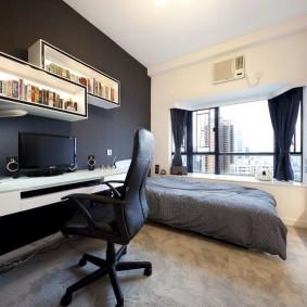 Офисный стул в комнате с кроватью