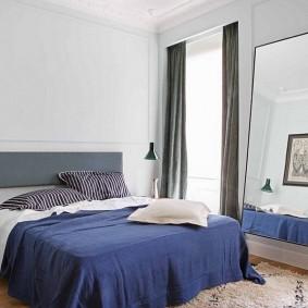 Темно-синее одеяло на широкой кровати