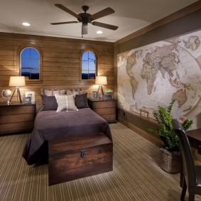 Деревянный сундук перед спинкой кровати