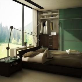 Изумрудные обои в комнате с большим окном