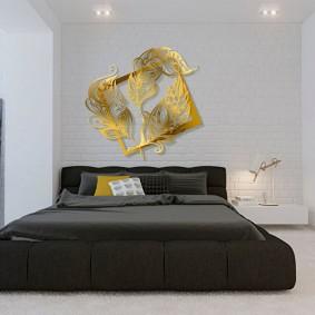 Золотистый декор в спальной комнате