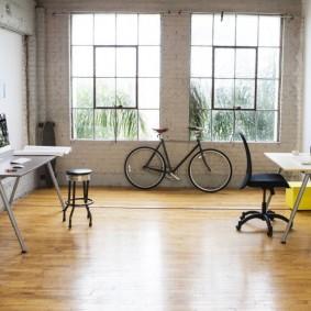Деревянный пол в комнате с велосипедом