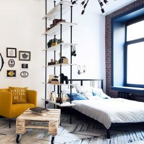 Сквозной стеллаж в спальне с высокими потолками