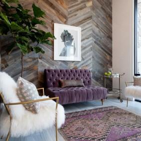 Небольшая гостиная с деревянной отделкой стен