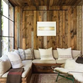 Деревянный диван с мягкими подушками