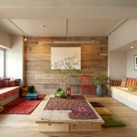 Встроенные диваны в гостиной комнате