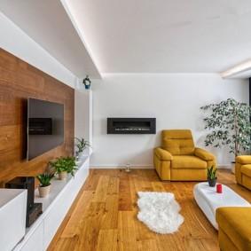 Ламинированный пол в гостиной с мягкой мебелью