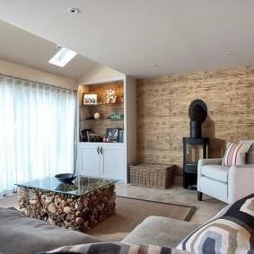 Интерьер гостиной с металлической печкой у стены