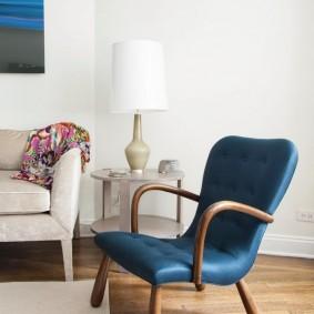 Полумягкое кресло синего цвета