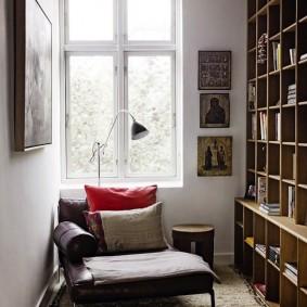 Мягкое кресло в интерьере домашней библиотеки