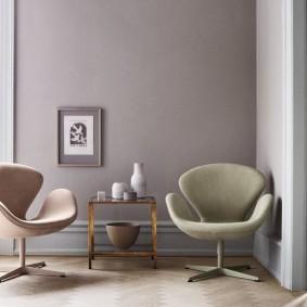 Компактные кресла на металлических каркасах