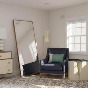 Напольное зеркало около небольшого кресла