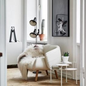 Белое кресло в комнате молодой особы