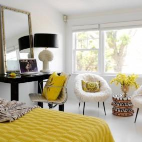 Желтое одеяло на широкой кровати