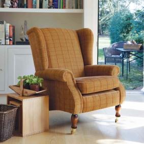 Светло-коричневое кресло в стиле ретро