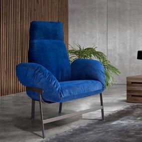 Небольшое кресло на сером полу комнаты