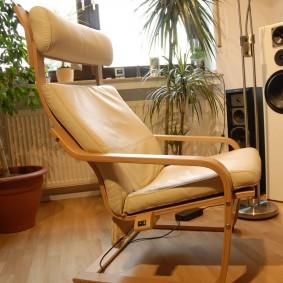 Маленькое кресло с отдельным подголовником