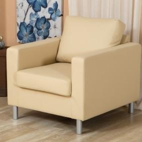 Квадратное кресло с обивкой бежевого цвета