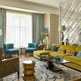 Горчичная обивка мебели в гостиной