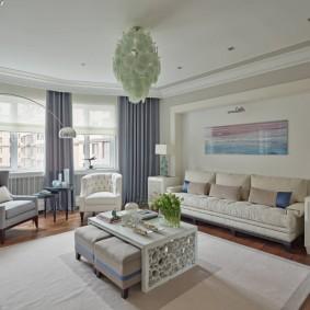 Белый диван в углублении стены гостиной
