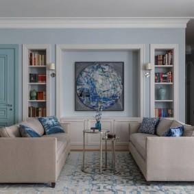 Два прямых дивана в гостиной неоклассического стиля