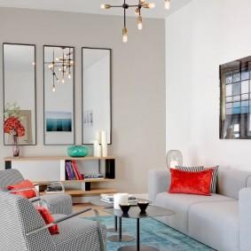 Красная подушка на диване в гостиной