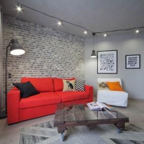 Красная мебель в серой гостиной