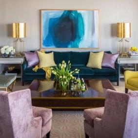 Абстрактная живопись в интерьере зала в квартире