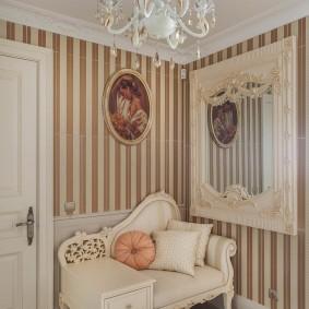 Обои с полосками на стене в коридоре
