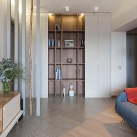 Комбинированный шкаф в гостиной двухкомнатной квартиры
